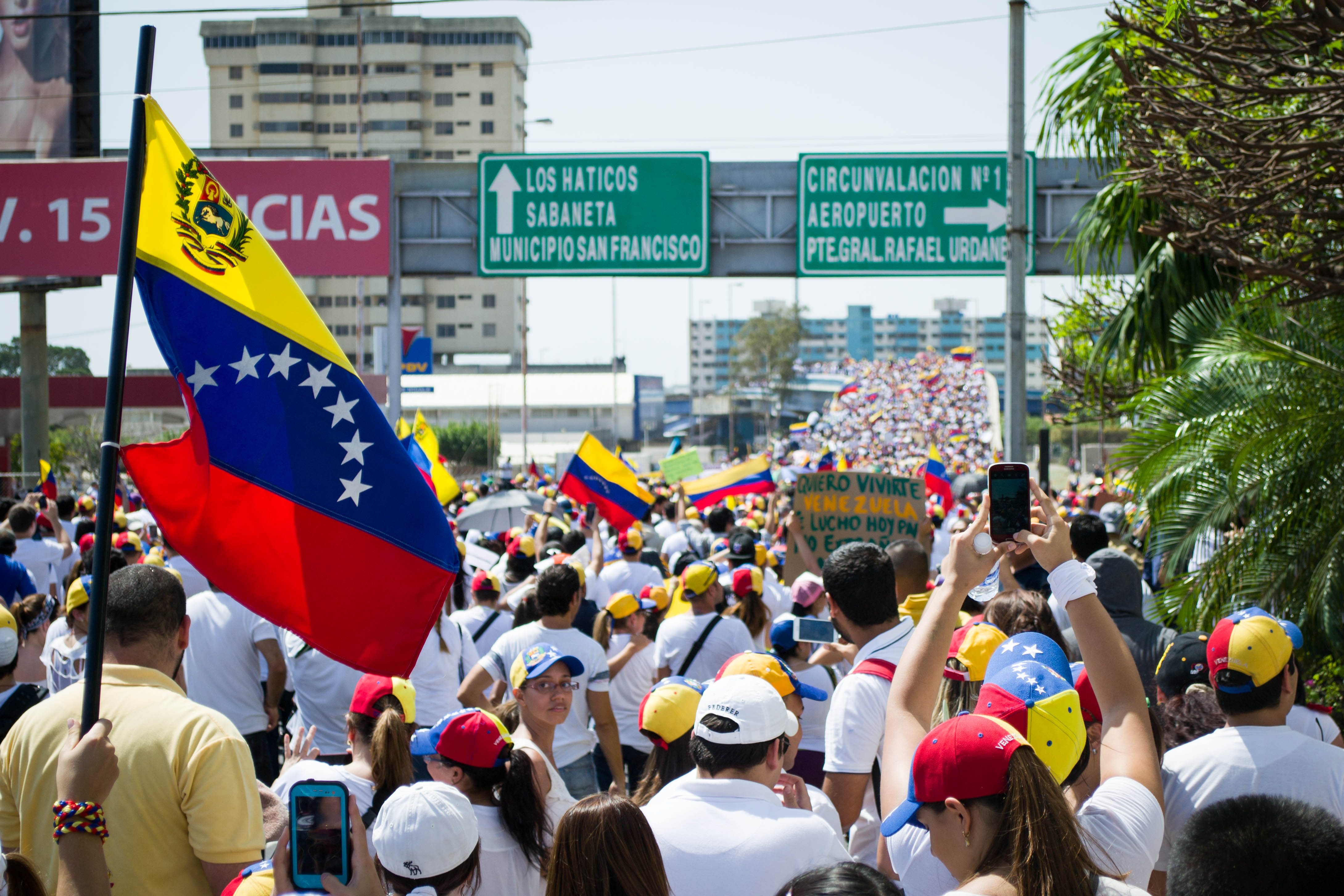 Tensions between pro-government and opposition groups in Venezuela escalate